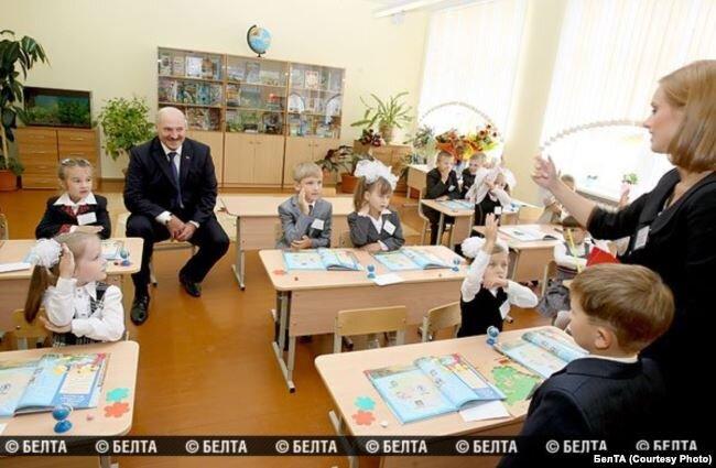 Мария Богомолова в классе с Александром Лукашенко, 1 сентября 2011. Фото БЕЛТА