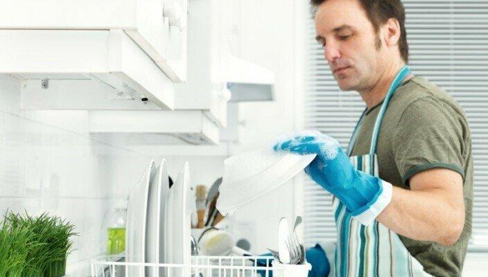 Идеальная секс жена на кухне моет посуду