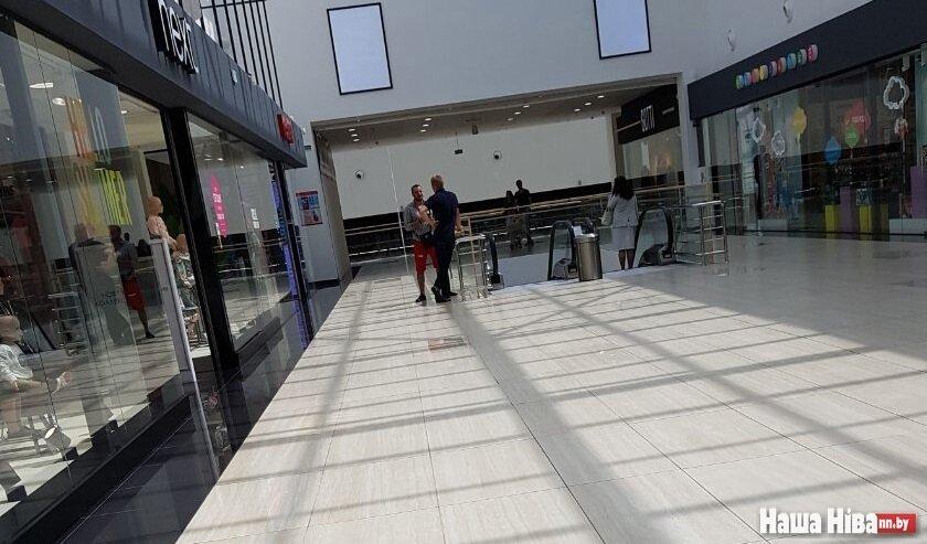Дмитрий (в красных шортах) у входа в магазин по продаже мобильной техники объясняет последовательность действий.