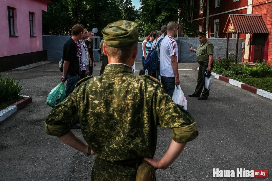 Осудили бывшего спецназовца, который случайно выдал, что со склада в Барановичах выносят оружие