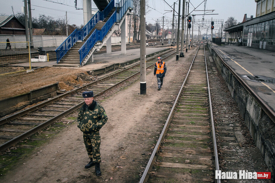 «Однажды в очереди и умру». Пять историй завсегдатаев белорусско-польской границы