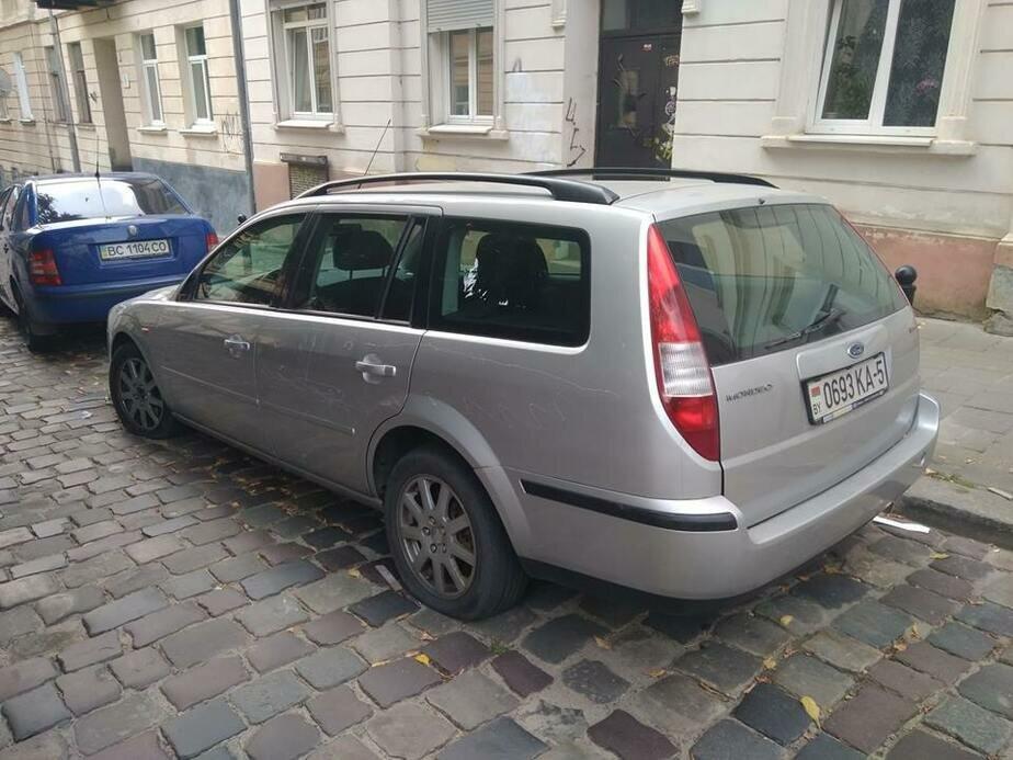 Во Львове повредили белорусский автомобиль с «георгиевской лентой»