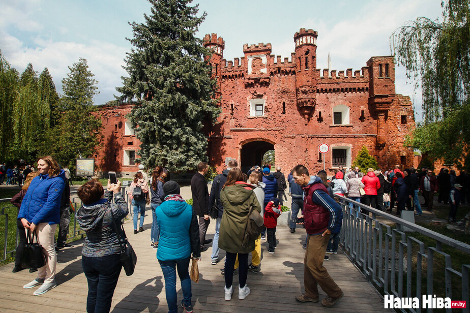 Молодежь в Бресте делает деньги на чувствах российских туристов