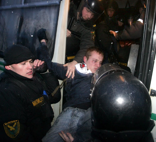 Police scuffle with a protester during an opposition rally in central Minsk. Photo by Julia Darashkevich