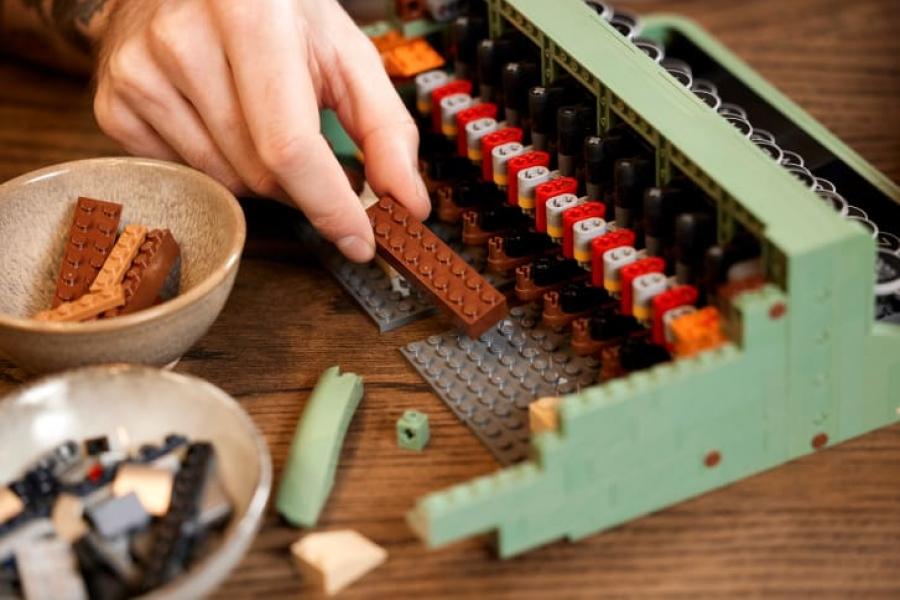 Lego выпустила из двух тысяч деталей печатную машинку, и даже с подвиж