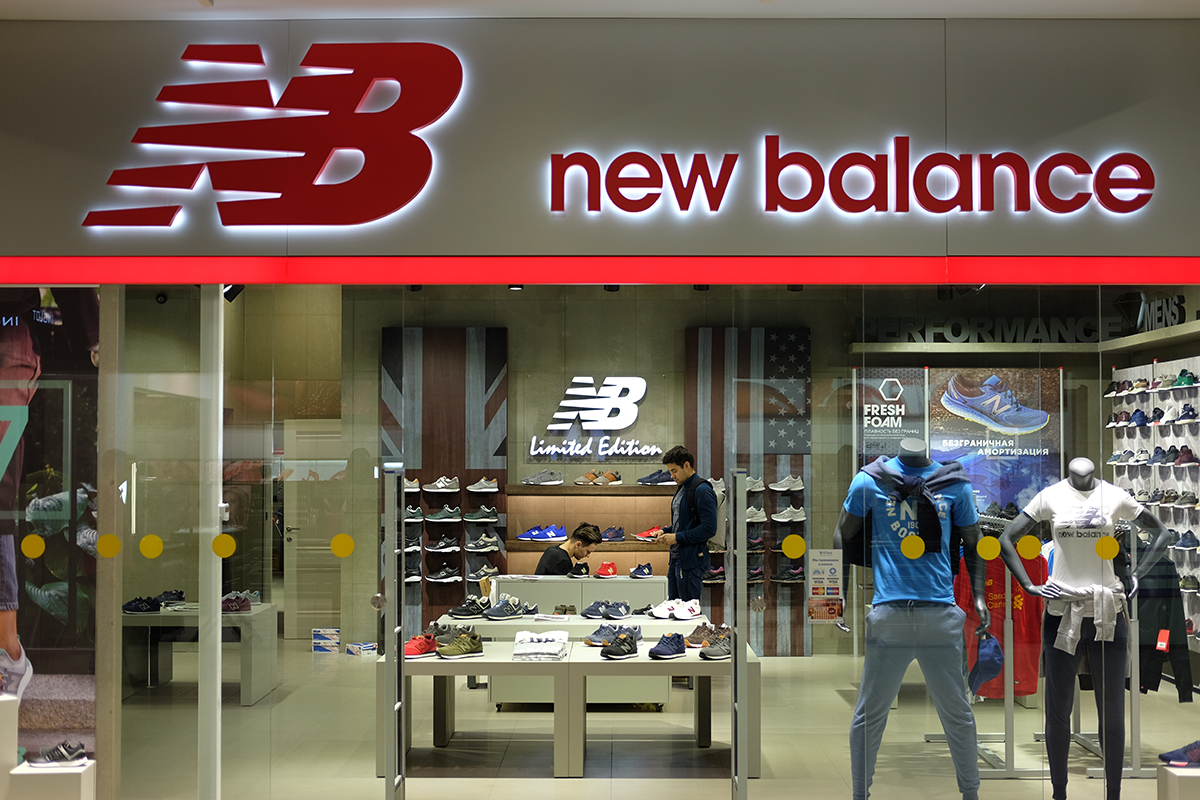 19d20a720e8d В первую неделю работы в магазине обещают скидки на все от 20% до 50%. В  New Balance ...