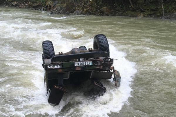 В Карпатах грузовик с туристами с высоты упал в реку. Есть вероятность, что погибшие — белорусы